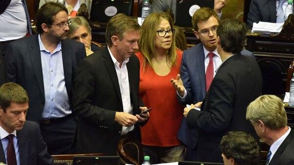 Nicolás Massot negociando con Graciela Camaño (Frente Renovador) y Pablo Kosiner (Justicialista)