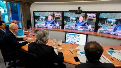 Alberto Fernández, junto a funcionarios y acompañado por Axel Kicillof y Horacio Rodrígez Larreta, en videoconferencia con gobernadores.