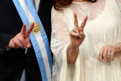 Alberto Fernández y Cristina Kirchner posan con los dedos en V para la foto