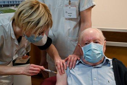 Un hombre de 92 años recibe una dose de la vacuna de Pfizer-BioNTech (Philippe Desmazes via REUTERS/archivo)