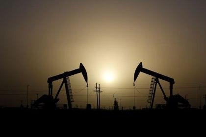 Imagen de archivo de balancines petroleros operando durante una puesta de sol en Midland, Texas, Estados Unidos. 11 de febrero, 2019. REUTERS/Nick Oxford/Archivo
