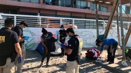 Decenas de venezolanos fueron desalojados de una de las playas de Iquique, lugar que ocuparon por varios días como campamento improvisado mientras intentan conseguir ayuda para permanecer en Chile