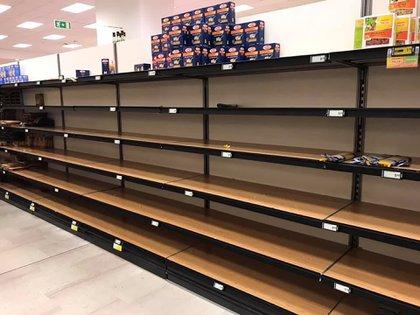 Las góndolas de productos alimenticios no perecederos quedaron vacías (Twitter: @PSigura)