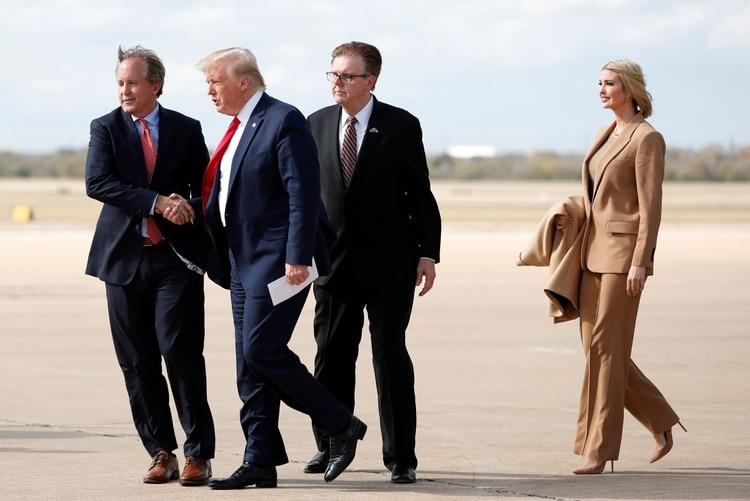 El presidente de los Estados Unidos, Donald Trump e Ivanka Trump, son recibidos por el teniente gobernador de Texas Dan Patrick y el fiscal general Ken Paxton cuando desembarcan del Air Force One en Austin, Texas, el 20 de noviembre de 2019 (Reuters)