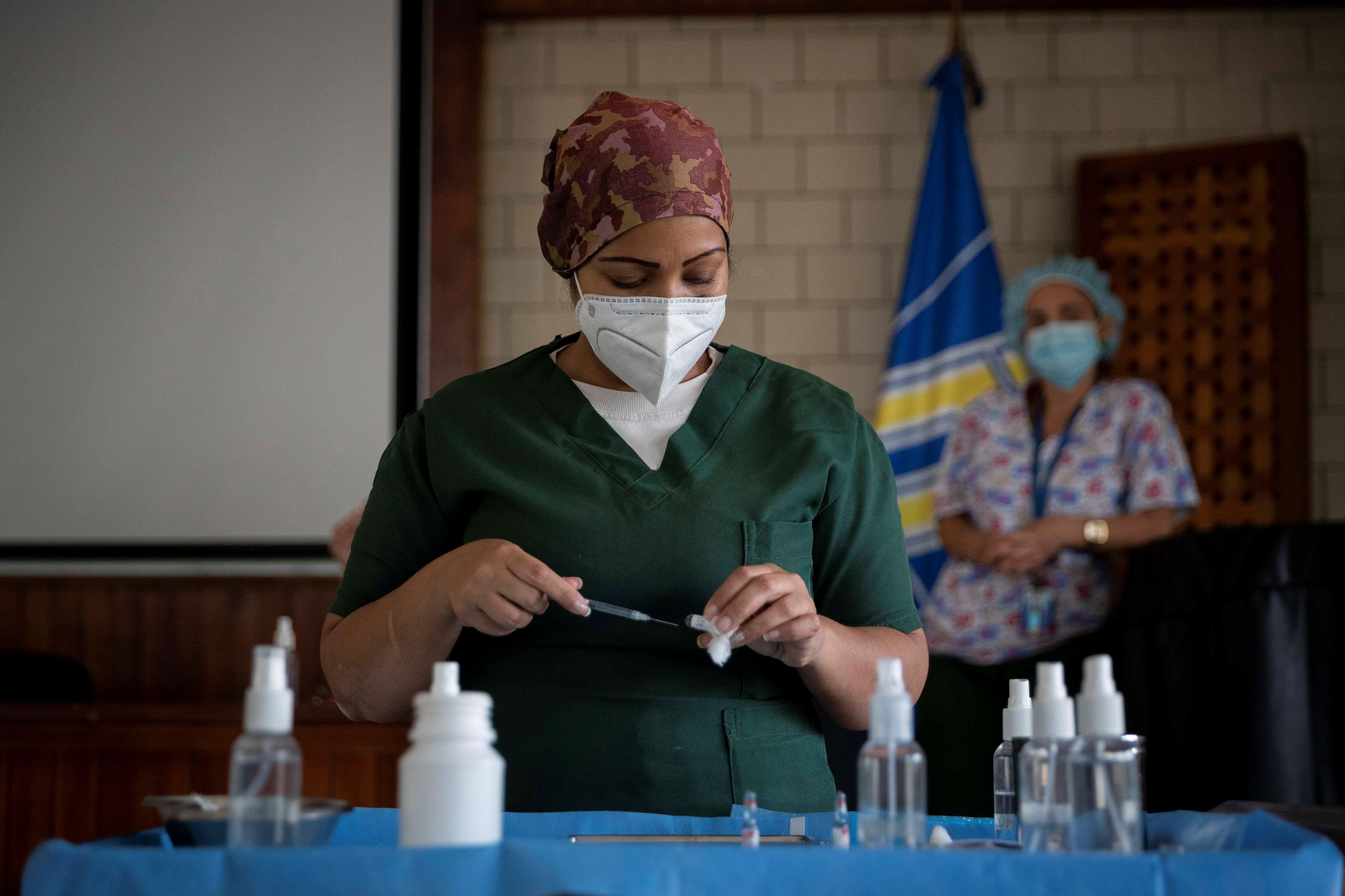 Una enfermera prepara una dosis de la vacuna rusa Sputnik V , durante una jornada de vacunación de trabajadores de la salud, el 7 de abril en Caracas (Venezuela). EFE/RAYNER PEÑA R./Archivo