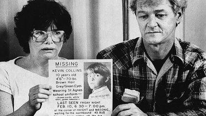 Ann y David Collins muestran una de los primeros carteles que realizaron para encontrar a su pequeño hijo de 10 años, Kevin, que desapareció en San Francisco (AP)