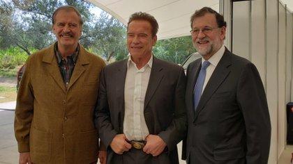 El ex presidente Vicente Fox junto a sus invitados, el actor Arnold Schwarzenegger y el ex presidente de España Mariano Rajoy (Foto: Twitter)