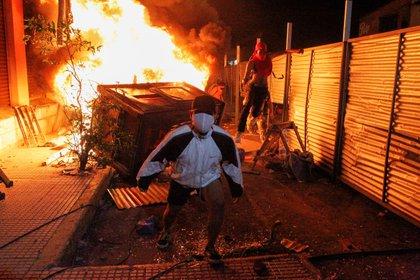 Hubo corridas, pedradas y fuego en las calles (REUTERS/César Olmedo)