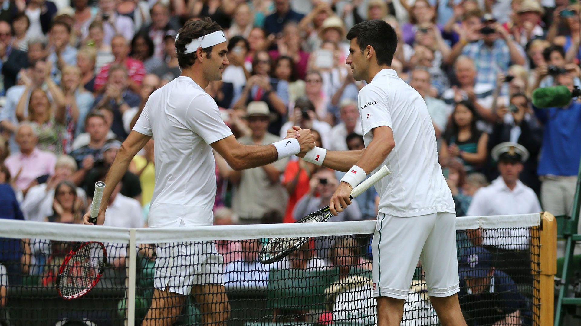 Novak Djokovic le da la mano a Roger Federer después de ganar la final de Wimbledon 2015 (Foto: by BPI/Shutterstock)