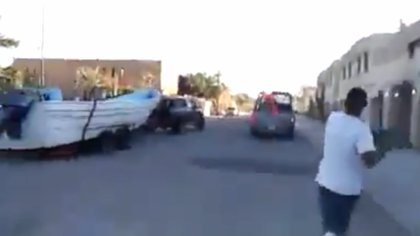 Cuando los militares se retiraron, los pescadores trataron de perseguirlos (Foto: Captura de pantalla)