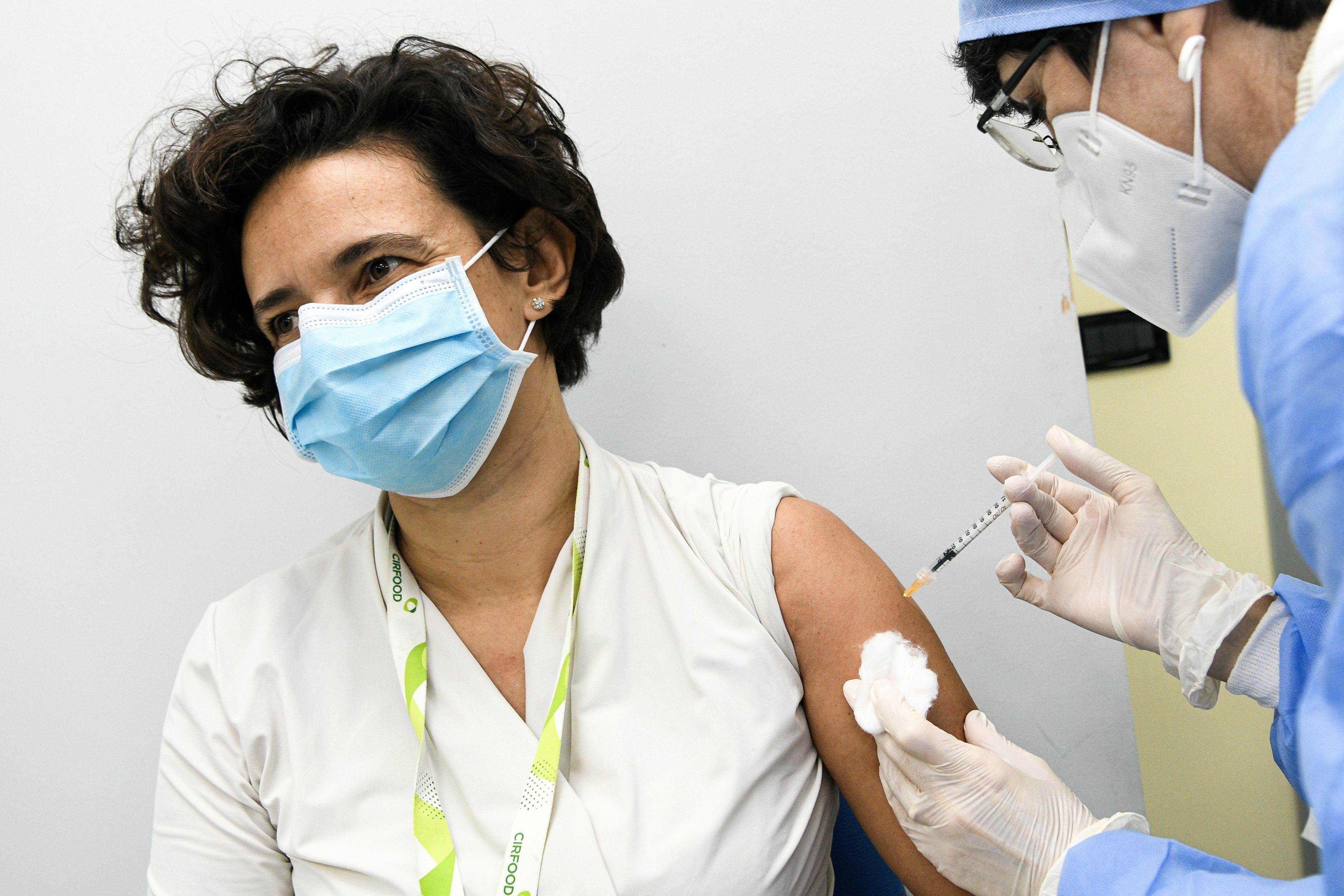Cientos de miles de personas son vacunadas en todo el mundo cada día contra el nuevo coronavirus - REUTERS/File Photo