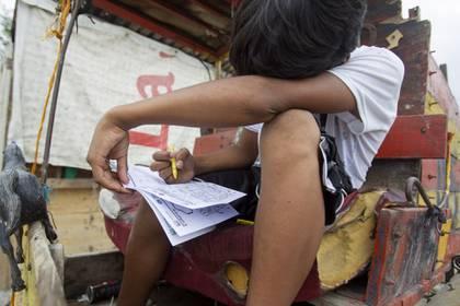 """GUADALUPE, NUEVO LEÓN, 30ABRIL2020.- Niños de la comunidad """"El Ranchito"""" en espera de que se acerquen personas para recibir un regalo en el día del niño. La comunidad alejada de las colonias se dedican a la recolección de basura en carretones y hasta el momento no han tomado ninguna medida preventiva para el contagio del coronavirus covid-19 y carecen de todo tipo de protección como tapabocas o gel antibacterial. FOTO: GABRIELA PÉREZ MONTIEL / CUARTOSCURO.COM"""