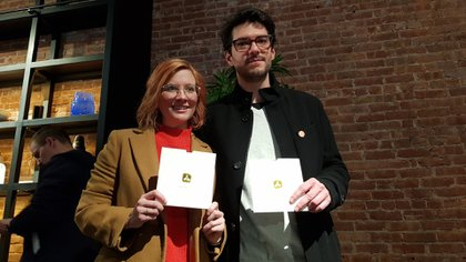 Desarrolladores y editores de juegos y aplicaciones de Apple asisten este lunes, a un evento de Apple, en el barrio de Tribeca, en Nueva York (EE.UU.). En un ambiente relajado, los ganadores de las nueve categorías premiadas explicaban las características más destacadas de sus aplicaciones ganadoras. (Foto: EFE)