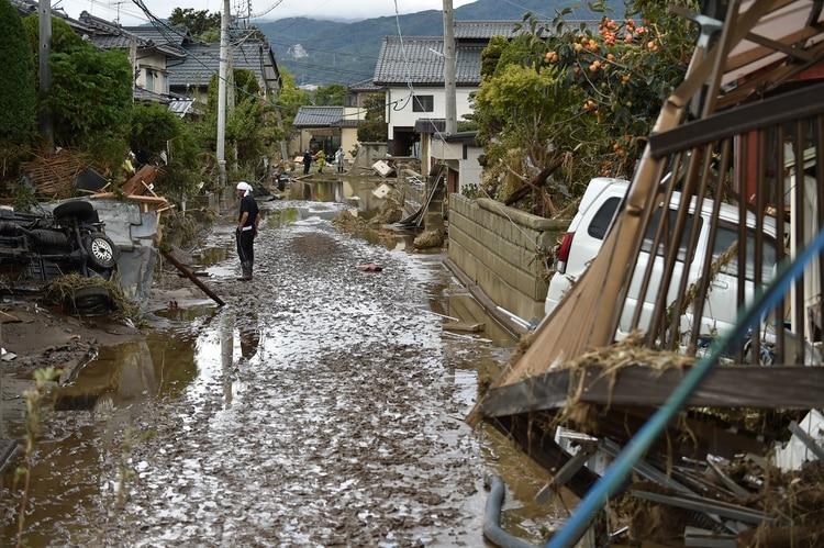 Rescatistas en Japón trabajaron para buscar sobrevientes en las zonas arrasadas por el ciclón. (Photo by Kazuhiro NOGI / AFP)