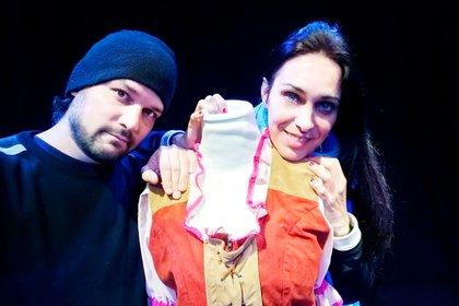 Franco Pozzobón e Ivanna Martin. Ambos se conocieron actuando en obras infantiles, donde además Franco componía la música. Hoy tienen un hijo, Bruno, de 3 años, y un teatro que quieren salvar a toda costa.