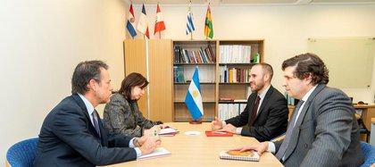 Sergio Chodos y el ministro de Economía, Martín Guzmán, en una reunión con los funcionarios del FMI, Luis Cubeddu y Julie Kosak.