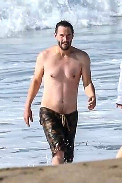 """Keanu Reeves disfrutó de su día libre durante el rodaje de """"Matrix 4"""" y disfrutó de las playas de Malibú, en Los Ángeles, California. El actor de 56 años aprovechó las altas temperaturas para refrescarse en el mar"""