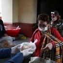 Una mujer recibe pan en un comedor organizado en la iglesia de Caacupé, durante el brote de la enfermedad por coronavirus (COVID-19), en Buenos Aires, Argentina. 23 de julio de 2020. REUTERS/Agustín Marcarián