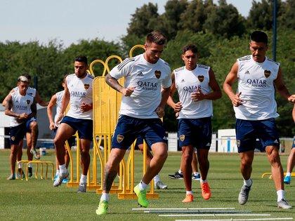 Nahuel Molina, en el centro entre Buffarini y Goltz, podría quedar libre a mitad de año (Foto: Boca Juniors)