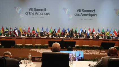El vicepresidente de los Estados Unidos, Mike Pence, participa en la sesión plenaria de la VIII Cumbre de las Américas hoy, sábado 14 de abril de 2018, en el Centro de Convenciones de Lima (Perú). EFE/Miguel Gutiérrez