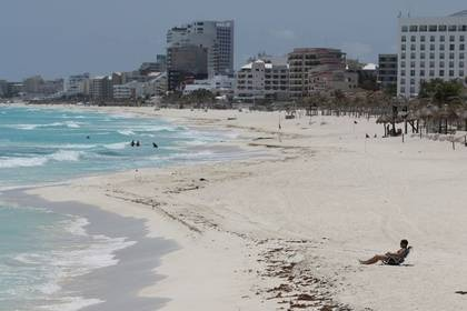 Una playa casi vacía después de que las tasas de ocupación hotelera cayeron a un solo dígito por el brote de coronavirus en Cancún (REUTERS/Jorge Delgado)