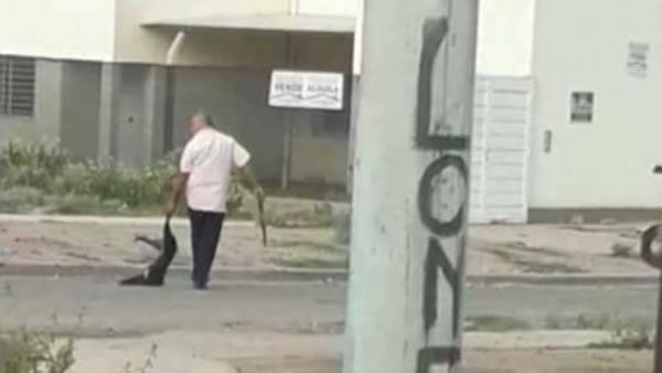 El hombre fue grabado, el video se viralizó y los vecinos lo escracharon