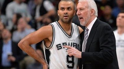 """Pop habla con Tony Parker. El francés, junto con Manu, """"ablandaron"""" algunos esquemas del duro entrenador."""