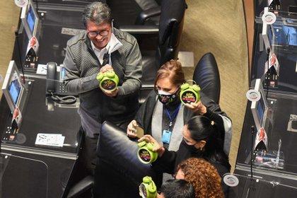 """Los senadores llevaron relojes que indicaban que """"ya es hora"""" de legislar (Foto: Daniel Augusto/ Cuartoscuro)"""