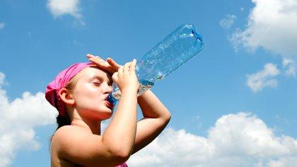 Beber agua ayuda a hidratar el cuerpo y poder combatir contra las altas temperaturas (iStock)