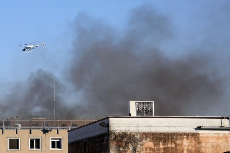 El humo sale desde la cárcel de Modena (Reuters)