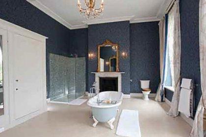 Uno de los cuartos de baño de la mansión. (KNIGHTS FRANK)