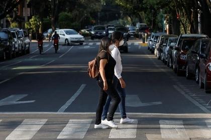Imagen de archivo. Un par de mujeres usan mascarilla mientras cruzan una calle en Ciudad de México, México. 28 de febrero de 2020. REUTERS/Carlos Jasso