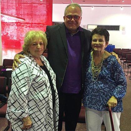 El autor, Armando Correa, junto a Eva Wiener y Judith Steel, dos de las sobrevivientes