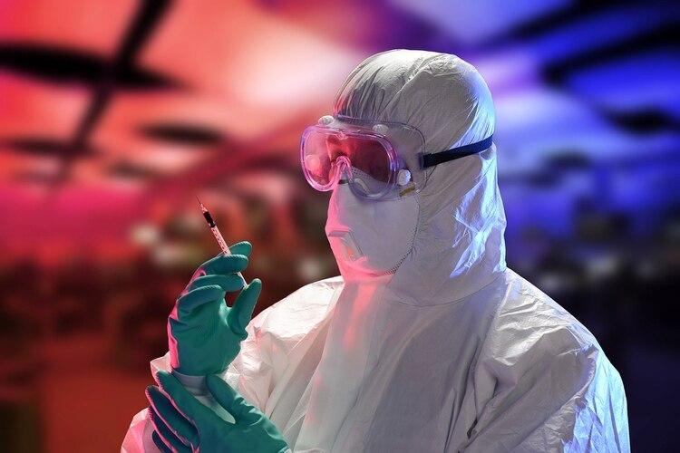 El personal de la salud es considerado la primera línea de alto riesgo expuesto al Ébola, la mayoría de los muertos por Ébola son médicos o personal de salud lugareños y de distintas organizaciones internacionales como ONU, Médicos Sin Fronteras, entre otros. Los trajes para protegerse contra el ébola son llamados PPE -por sus siglas en inglés, Personal Protective Equipment. (Shutterstock)