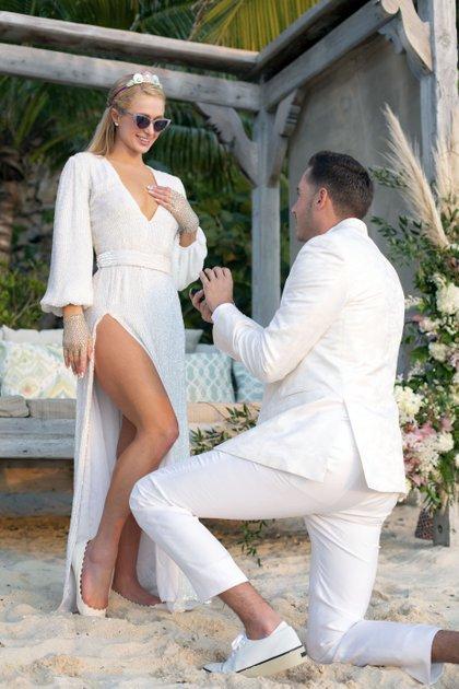 Ocurrió el 14 de febrero, Día de los enamorados, pero las imágenes recién se conocen ahora: Paris Hilton se comprometió en una isla privada