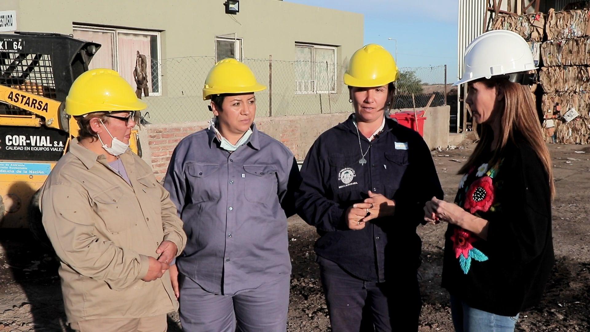 Carolina Prat junto a los recicladores de Anulen Suyai