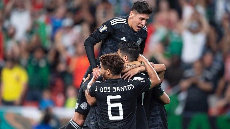 """Los mexicanos festejan el segundo gol del """"Tr"""" ante Canadá (Foto: Twitter @miselecciónmx)"""