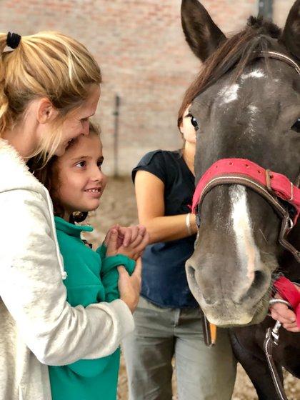 Desde El Granero, María Correa, equinoterapeuta, utiliza el caballo y el entorno natural como un medio para la rehabilitación, integración y desarrollo físico, psíquico, emocional, social de personas con discapacidad. El vínculo que propicia el caballo fomenta los estímulos afectivos, la relación con el propio cuerpo y favorece la sociabilización