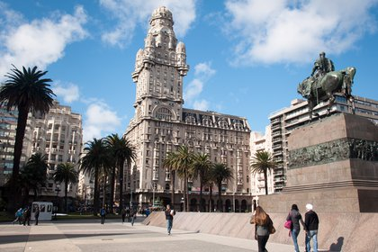 Montevideo es la capital de Uruguay. El centro de la ciudad es la plaza de la Independencia
