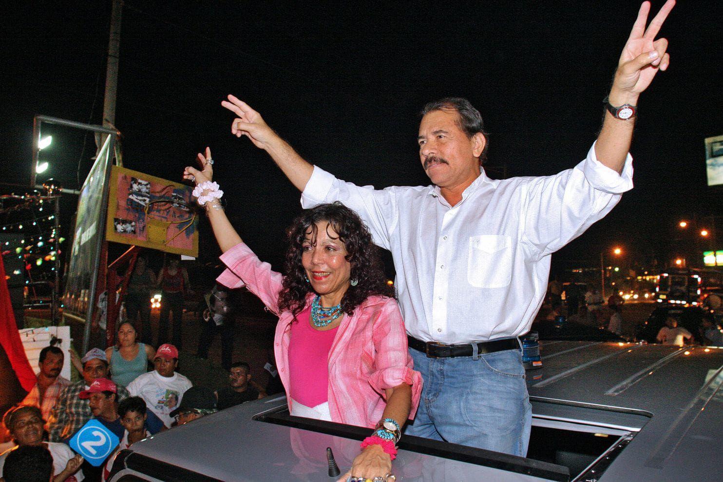 Daniel Ortega y su esposa, Rosario Murillo, durante un acto de campaña en 2006 (Miguel Alvarez/AFP/Getty Images)