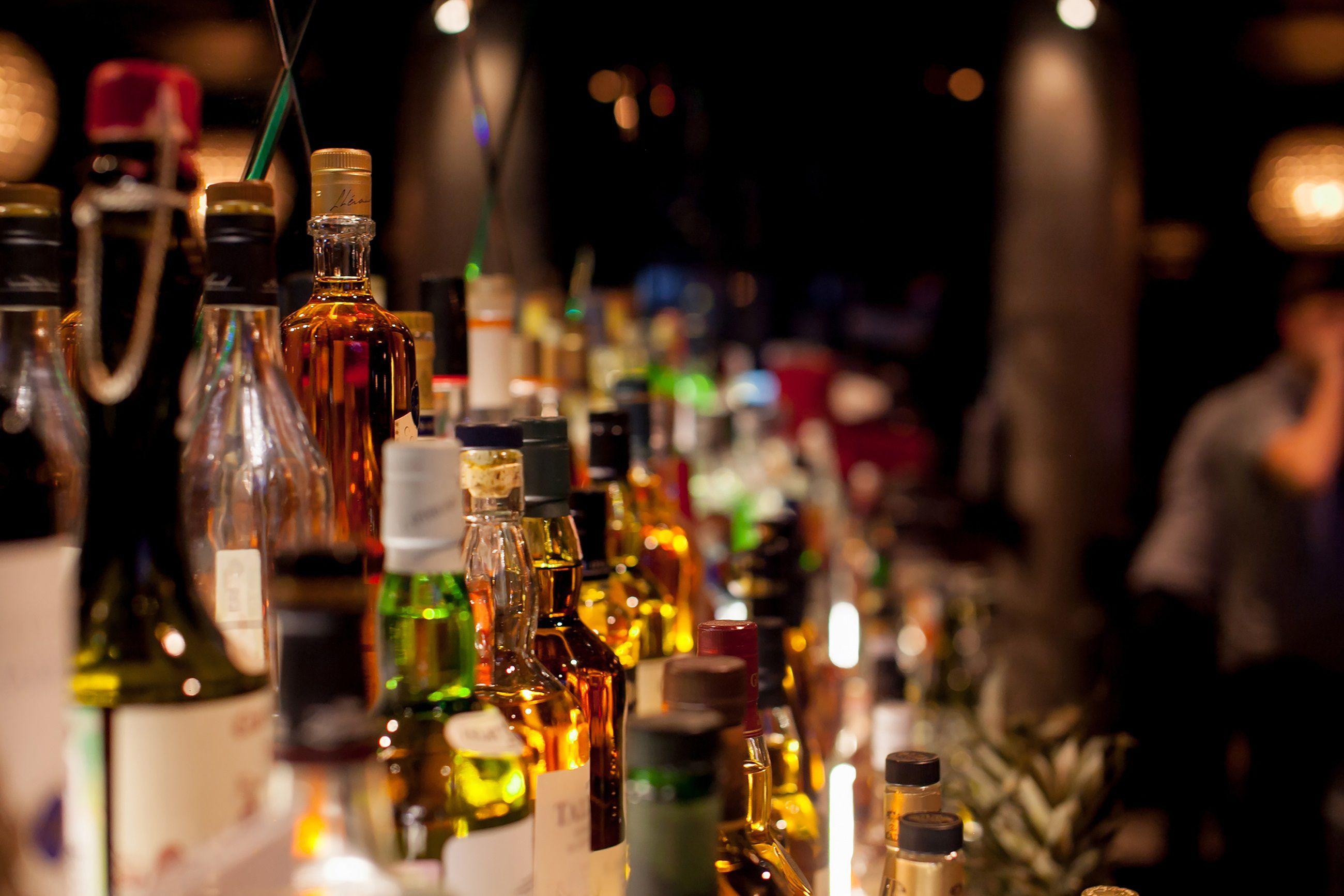 Fotografía ilustrativa que muestra varias botellas de licor en un mostrador (Foto: EFE/Cortesía Euromonitor International)