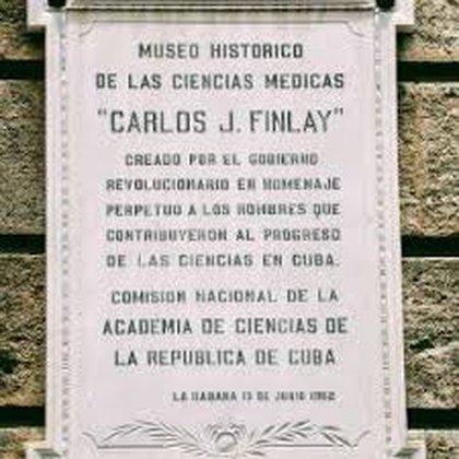 La placa que está en la entrada al museo que lleva el nombre del médico cubano.