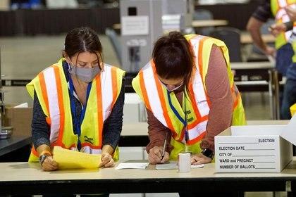 Funcionarios electorales recuentan votos en Filadelfia, Pensilvania, EEUU