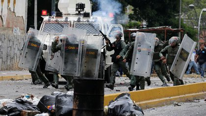 Venezuelan National guards fire tear gas toward opposition supporters during a protest against Venezuela's President Nicolas Maduro's government in Caracas, Venezuela May 2, 2017. REUTERS/Carlos Garcia Rawlins