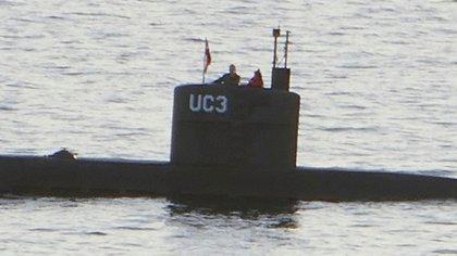 """Kim Wall junto a Madsen a bordo del sumbarino """"UC3 Nautilus"""" en el puerto de Copenhague (AFP PHOTO / Peter THOMPSON)"""