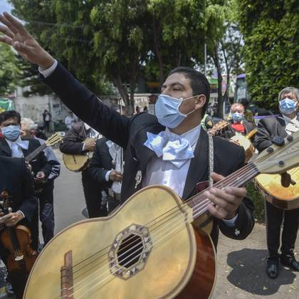 A mariachi band serenades the National Institute of Respiratory Diseases (INER) in Mexico City, on April 7, 2020 to give hope to those fighting COVID-19 and the medical personnel during the coronavirus pandemic. - The serenade was organized by the Tequila and Mezcal Museum with the aim of encouraging the sick and medical personnel and the whole of Mexico during the COVID-19 pandemic. (Photo by Pedro PARDO / AFP)