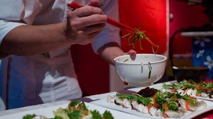 Los chefs le dan los últimos toques a sus platos (Adrián Escandar)