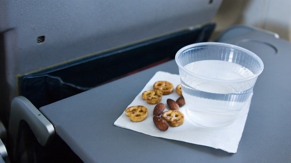 En vuelos domésticos estadounidenses como de American Airlines o de Southwest, por ejemplo, lo común sería recibir una bolsita con pretzels (istock)