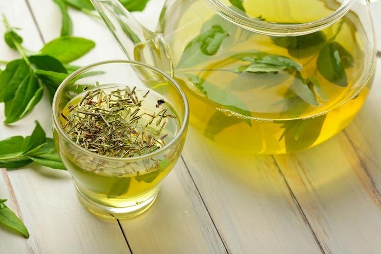 Además de la ingesta de té verde es clave el cambio hacia hábitos saludables (Shutterstock)
