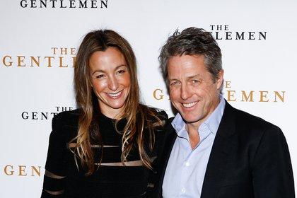 Hugh Grant con su esposa Anna Elisabet Eberstein (REUTERS/Henry Nicholls)